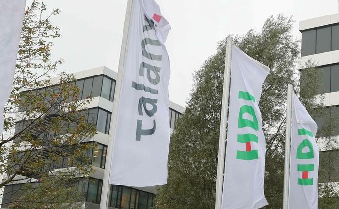 Fahnen wehen vor der Zentrale der Talanx in Hannover: Die Talanx-Tochter Ampega Asset Management sucht einen Senior-Portfoliomanager. |© imago images / localpic