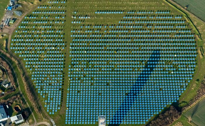 Das solarthermisches Versuchskraftwerk Jülich, das vom Institut für Solarforschung betrieben wird: Geldanlage nach nachhaltigen Kriterien wird für Privatanlegern wichtiger, glauben Vermittler.