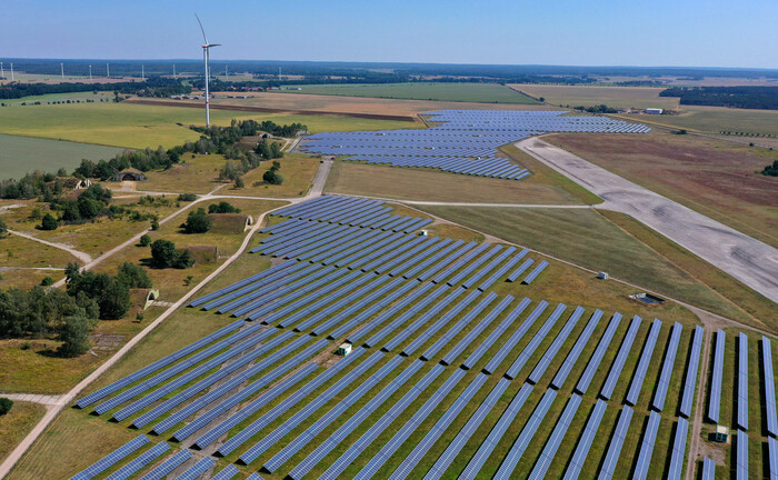 Solaranlage in Sachsen-Anhalt: Der Mainsky Active Green Bond soll den Bloomberg Barclays MSCI Global Green Bond Index übertreffen. | © imago images / Steffen Schellhorn