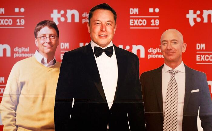 Aufsteller von Bill Gates, Elon Musk und Jeff Bezos bei Digitalmesse in Köln