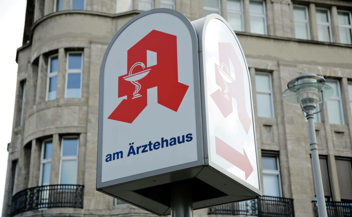 Hinweisschild für eine Apotheke an einem Ärztehaus in Berlin