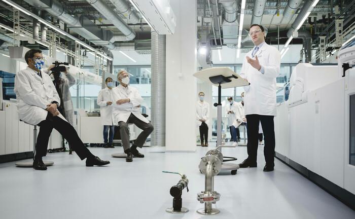 Gesundheitsminister Jens Spahn auf Firmenbesuch bei einem Impfstoffhersteller