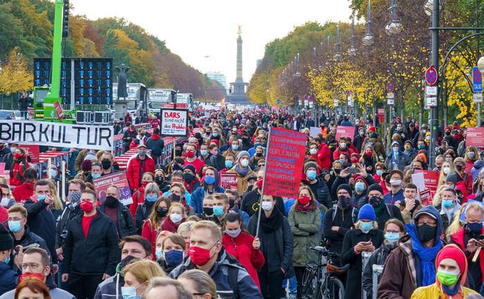 Protestmarsch der Veranstaltungsbranche in Berlin: Mit sozialen Anleihen dürfte der Druck auf die europäischen Länder insofern etwas nachlassen, als sie aus Brüssel wirtschaftliche Hilfen erhalten und nicht selbst weitere Schuldtitel begeben müssen.|© imago images / Chris Emil Janßen