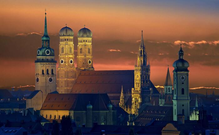 Die Frauenkirche in München im Abendlicht