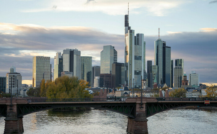 Frankfurter Skyline hinter der Ignatz-Bubis-Brücke: Der ortsansässige Vermögensverwalter Source For Alpha erweitert sein Team um zwei Privatkundenberater. | © imago images / Marcel Lorenz