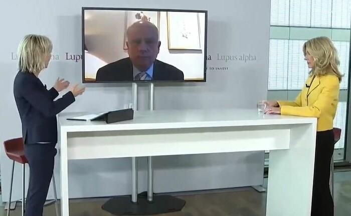 Moderatorin Corinna Wohlfeil (li.) im Gespräch mit Melinda Crane und Martin Richenhagen.