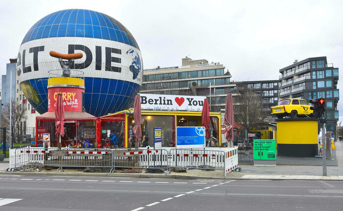 Der bekannte Weltballon in der Wilhelmstraße Ecke Zimmerstraße ist ein Wahrzeichen Berlins