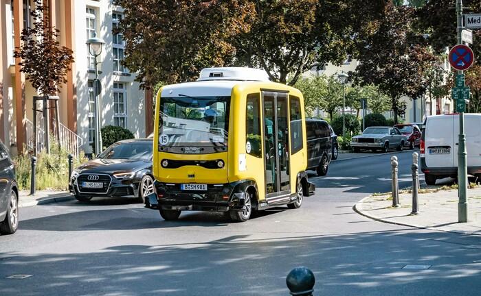 Selbstfahrender Elektrobus bei Testfahrt in Berlin