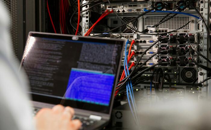 Programmierer nimmt Einstellungen am Server vor