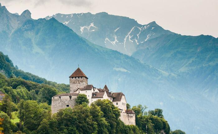 Schloss Vaduz, gelegen auf einer Felsterasse über dem Hauptort des Fürstentums Liechtenstein