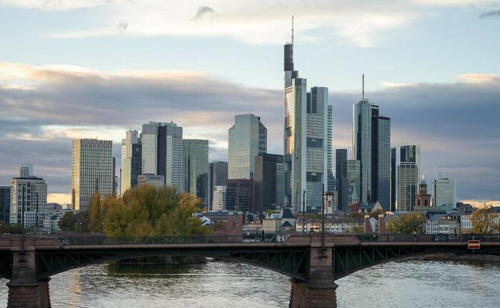 Frankfurter Skyline, davor die Ignaz-Bubis-Brücke