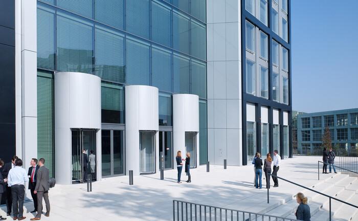 """Eingangsbereich von """"The Cube"""", der Konzernzentrale der Gruppe Deutsche Börse"""