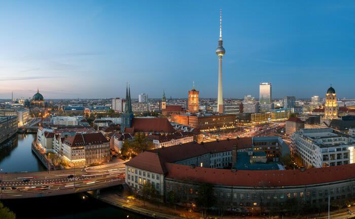 Abendstimmung im Zentrum von Berlin Mitte, im Hintergrund der Fernsehturm