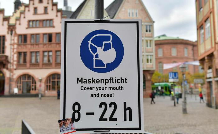 Hinweisschild zur Maskenpflicht am Frankfurter Römer