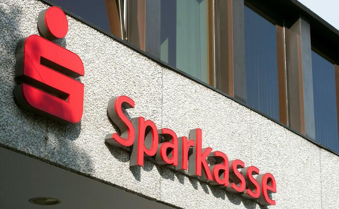 Sparkassen-Schriftzug an der Außenfassade einer Filiale