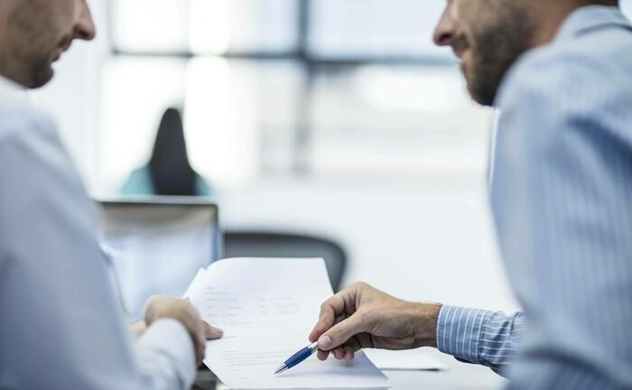 Qualitative Anlagevorschläge erwünscht, Beratungssituation zwischen Kunde und Berater