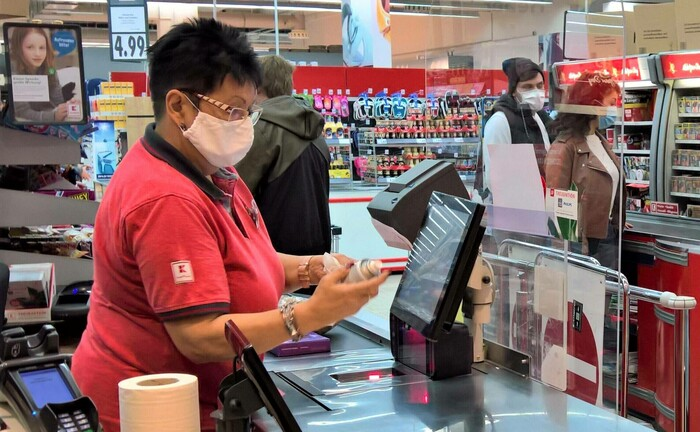 Kassiererin in einem Supermarkt