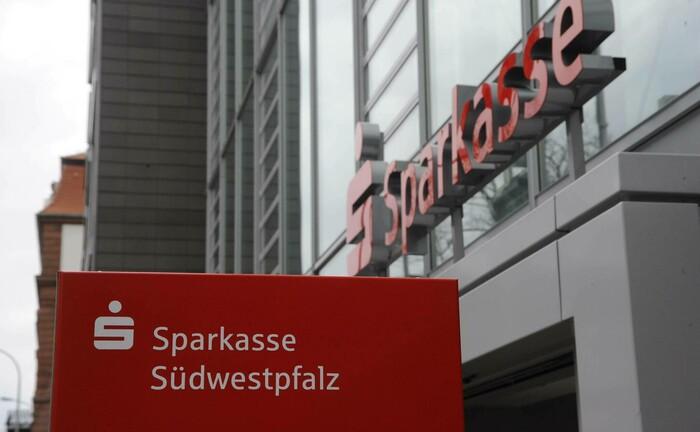Gebäude der Sparkasse Südwestpfalz in Pirmasens: Das öffentlich-rechtliche Instiut mit einer Bilanzsumme von 2,6 Milliarden Euro sucht derzeit einen Private-Banking-Berater.|© imago images / Becker&Bredel