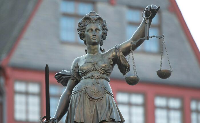 Justitia mit Waage und Schwert im Gerechtigkeitsbrunnen auf dem Römerberg in Frankfurt