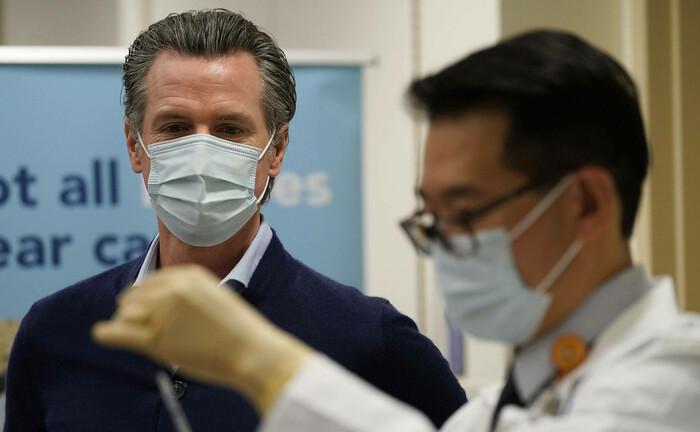 Der kalifornische Gouverneur Gavin Newsome beobachtet die Vorbereitung einer Corona-Impfung