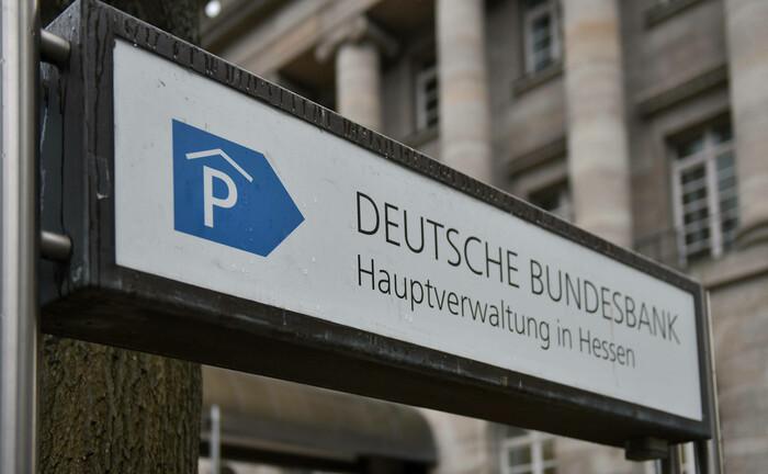 Hinweisschild zur Deutschen Bundesbank in Frankfurt: Die Kommalpha-Publikation