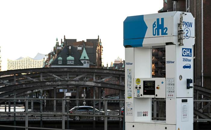 Wasserstoff-Tankstelle in der Hamburger Hafencity: Der neue Energieträger ist auch ein spannendes Thema für Anleger.|© imago images / Joerg Boethling