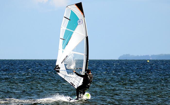 Windsurfer mit ordentlichem Rückenwind