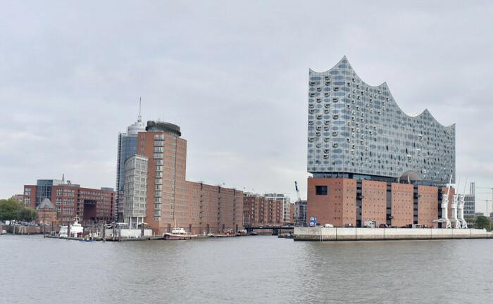 Blick vom Wasser auf die Elbphilharmonie und die Speicherstadt