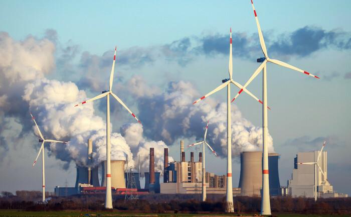 Alt trifft neu – Windräder vor Kohlekraftwerk Neurath, Nordrhein-Westfalen