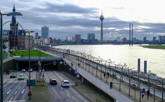 Stadtbild von Düsseldorf mit Blick auf Rhein, Rheinufertunnel, Rheinkniebrücke und Rheinturm