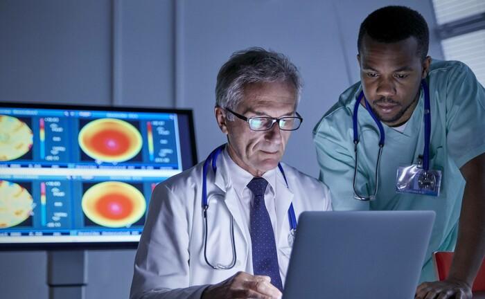 Ärzte analysieren Bilder eines MRT-Scans