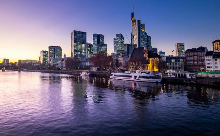 Blick über den Main auf das Frankfurter Bankenviertel