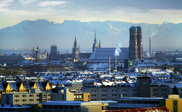 Blick auf Münchens Innenstadt mit Frauenkirche