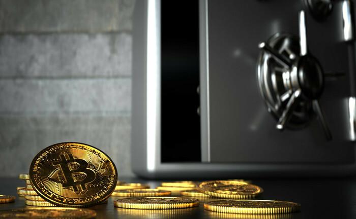 Bitcoins in einem Safe verwahren, ist wenig zielführend. Aber das Zugangspasswort für die digitale Brieftasche sollte man gut verschließen, sonst geht es einem ähnlich wie dem deutschen Programmierer.