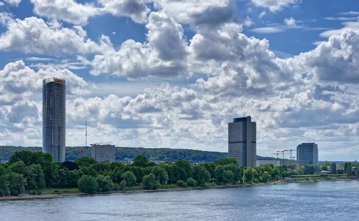 Blick auf Bonn am Rhein mit Post-Tower (l.)