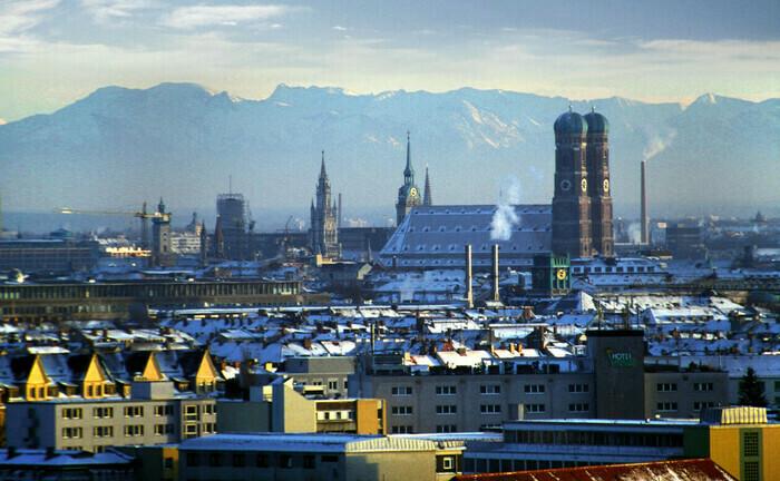 Blick auf München und den Alpenkamm