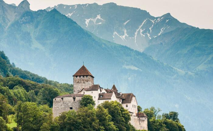 Schloss Vaduz ragt über den Hauptort von Liechtenstein