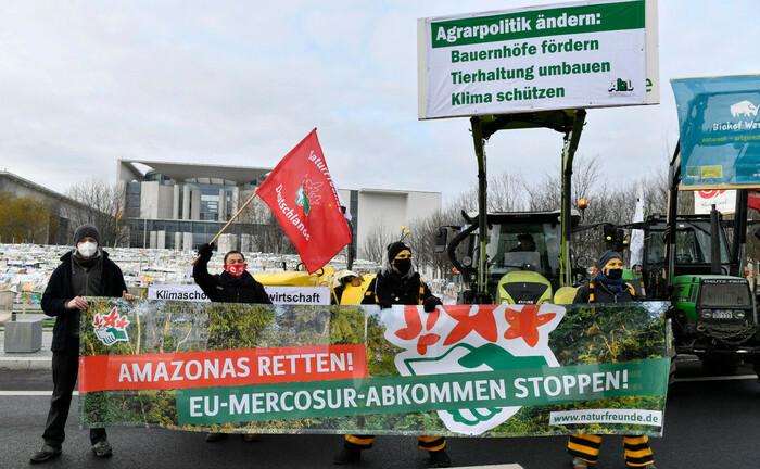 Kilmademonstranten vor dem Deutschen Bundestag fordern eine bäuerliche, ökologische und klimafreundliche Landwirtschaft