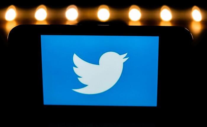 Twitter-Logo auf einem Smartphone