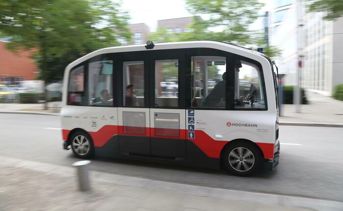 Autonom fahrender Elektrobus auf Teststrecke in Hamburg