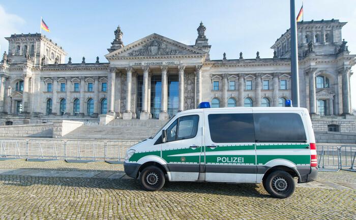 Ein Polizeiauto steht im Rahmen der Raumsicherung vor dem Bundestag