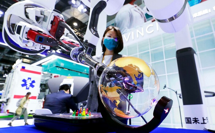 Operationsroboter auf einer Healthcare-Messe in Shanghai