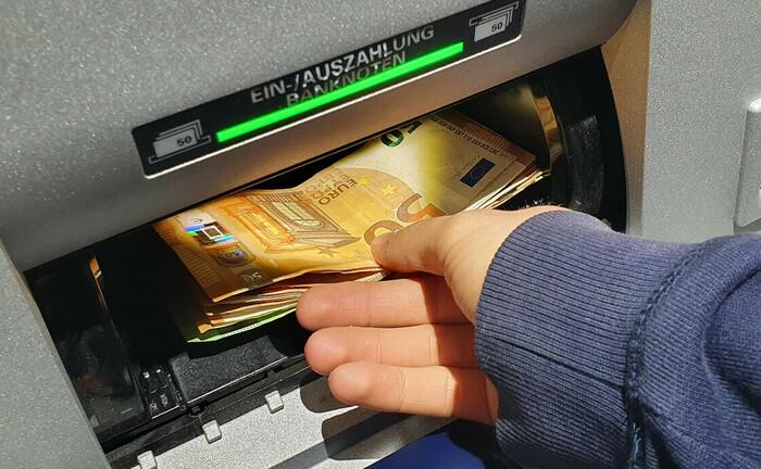 Einzahlen von Euro-Banknoten am Geldautomat: Der Euro befindet sich im Aufwind. 2020 wertete die Gemeinschaftswährung gegenüber den meisten Leitwährungen auf.|© imago images / Eibner