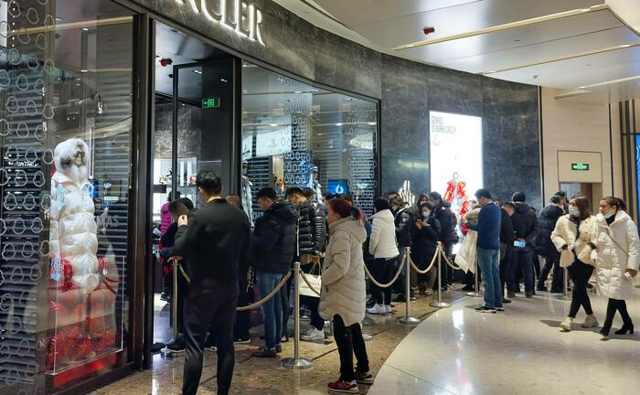 Schlange vor einem Luxus-Bekleidungsgeschäft in Shanghai