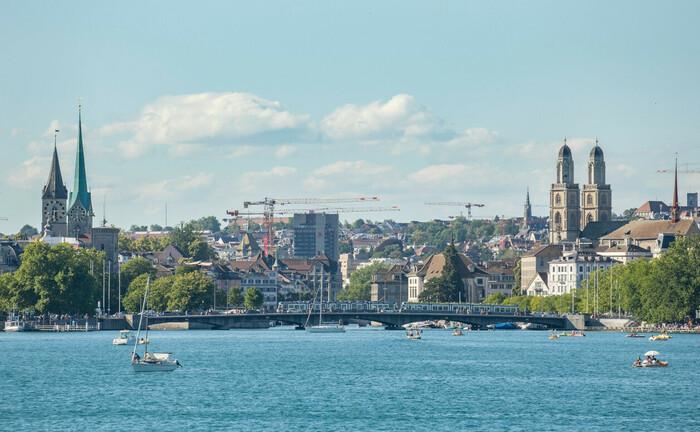 Blick auf Zürich vom Zürcher Seebecken aus