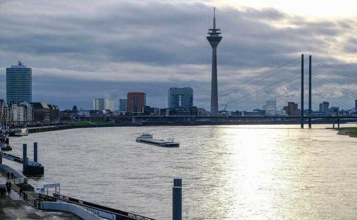 Blick rheinaufwärts in Richtung Düsseldorfer Süden