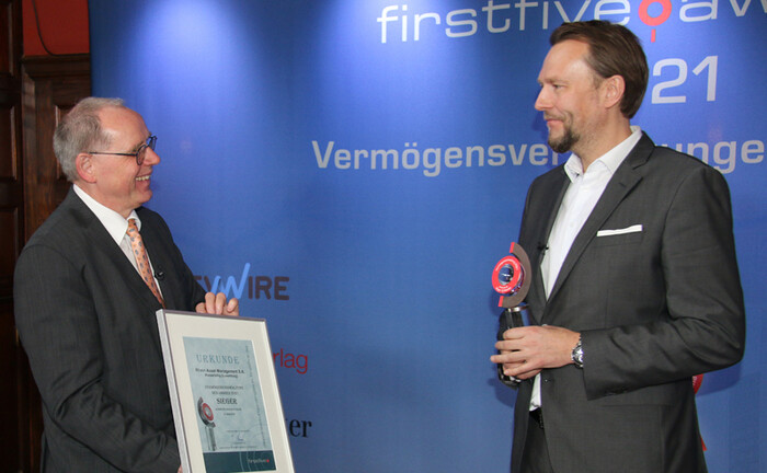 Mark Bügers (r.) von Rhein Asset Management freut sich über die Ehrung seines Teams zur besten Vermögensverwaltung 2021 über 12 Monate. Firstfive-Vorstand Jürgen Lampe ist erster Gratulant.