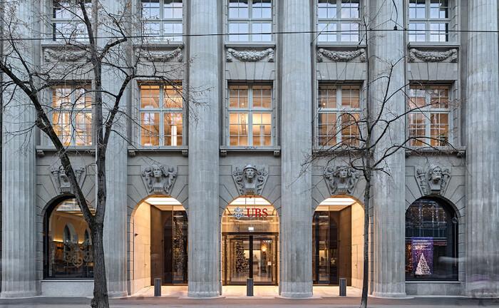 Eingang zur UBS-Zentrale in der Zürcher Banhofstraße 45