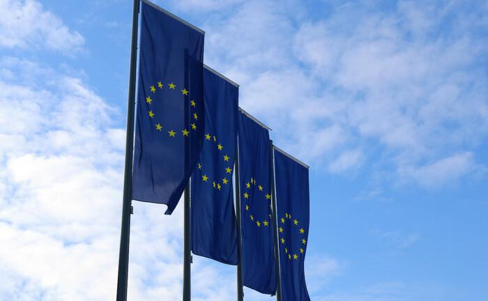 Europa-Flaggen vor dem EZB-Hochhaus in Frankfurt