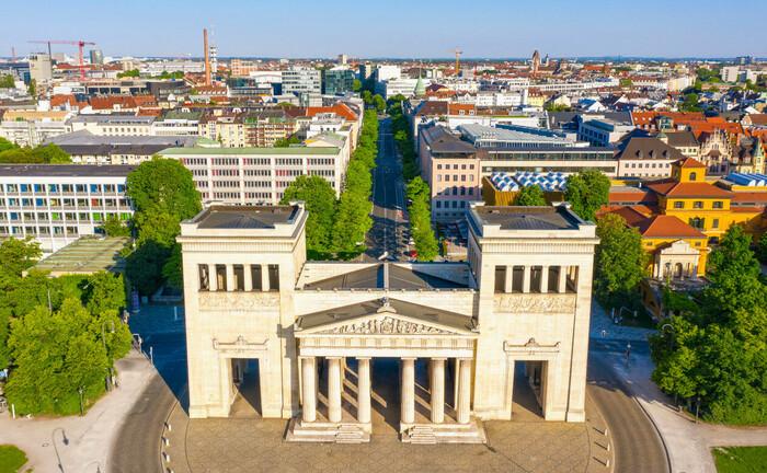 Blick auf die Propyläen an der Westseite des Königsplatzes